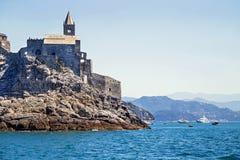 Vista pitoresca do mar os entrens ao Porto Venere com castelo de Doria Foto de Stock