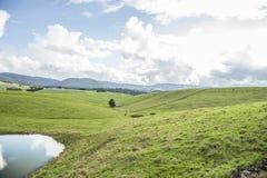 Vista pitoresca em montes das montanhas dos cumes fotos de stock royalty free
