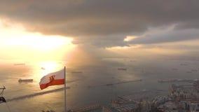 Vista pittoresca dalla roccia di Gibilterra alla bandiera d'ondeggiamento di Gibilterra il mare video d archivio