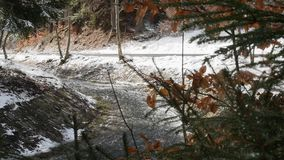 Vista pittoresca del fiume a flusso rapido con la schiuma creante corrente di velocit? nella foresta di stupore di inverno con gl video d archivio
