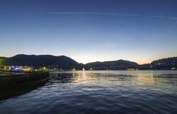 Vista pittoresca del lago Como nella sera, Italia Fotografie Stock