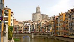 Vista pittoresca di Girona con il fiume nel tempo di giorno archivi video