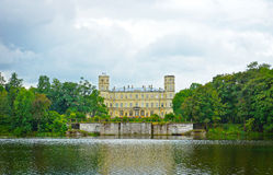 Vista pittoresca di grande palazzo sopra un lago in Gatcina Fotografie Stock