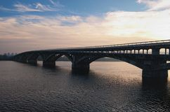 Vista pittoresca sopra il ponte del sottopassaggio della metropolitana sopra il fiume di Dnipro in Kyiv, Ucraina Alba alla mattin Fotografia Stock