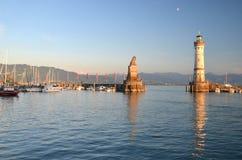 Vista pittoresca sull'entrata del porto nell'isola di Lindau sul lago Bodensee, Germania Fotografia Stock
