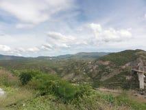 Vista por muito uma ponte na estrada de Acapulco - México imagem de stock