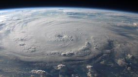 Vista por satélite de un huracán grande con un ojo bien definido stock de ilustración