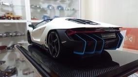 Vista posterior automotriz del modelo de escala de Lamborghini Centenario Tricolore Fotos de archivo