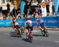 Vista posterior de cuatro ciclistas del triathlon imagen de archivo