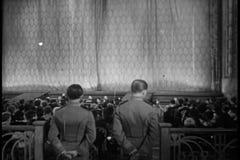 Vista posterior de la audiencia que aplaude después de funcionamiento de la etapa almacen de video