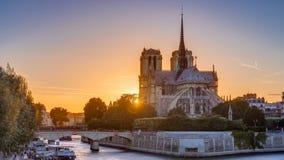Vista posterior de la catedral de Notre Dame De Paris en la puesta del sol con el sol en el timelapse del marco almacen de video
