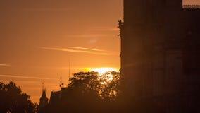 Vista posterior de la catedral de Notre Dame De Paris en la puesta del sol con el sol en el timelapse del marco metrajes