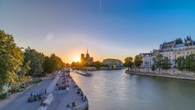 Vista posterior de la catedral de Notre Dame De Paris en la puesta del sol con el sol en el timelapse del marco almacen de metraje de vídeo