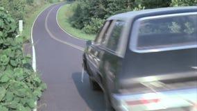 Vista posterior de la caza del coche policía en la carretera nacional almacen de metraje de vídeo