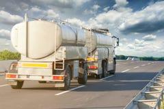 Vista posterior de la cisterna del camión en autopista sin peaje en el día soleado Fotografía de archivo libre de regalías