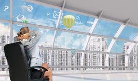 Vista posterior de la empresaria que mira hacia fuera la ventana ilustración del vector