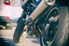 Vista posterior de la motocicleta Rueda posterior, tubo de escape imagenes de archivo