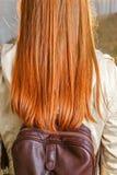 Vista posterior de la muchacha adolescente del redhair Imagenes de archivo