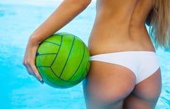 Vista posterior de la muchacha atractiva cerca de la piscina Foto de archivo libre de regalías