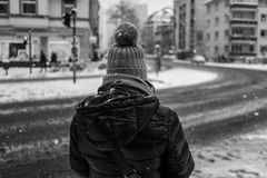 Vista posterior de la muchacha con el sombrero del invierno en Francfort Imágenes de archivo libres de regalías