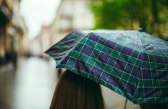 Vista posterior de la muchacha con un paraguas Fotos de archivo