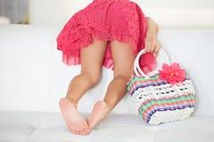 Vista posterior de la muchacha que juega en el sofá imágenes de archivo libres de regalías