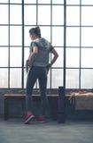Vista posterior de la mujer en engranaje del entrenamiento en gimnasio del desván de la ciudad Foto de archivo libre de regalías
