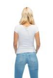 Vista posterior de la mujer joven en camiseta blanca en blanco Imágenes de archivo libres de regalías
