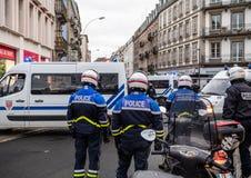 Vista posterior de la policía francesa del CRS en la calle en el moveme de la chaqueta amarilla imágenes de archivo libres de regalías