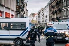 Vista posterior de la policía francesa del CRS en la calle en el moveme de la chaqueta amarilla imagen de archivo libre de regalías