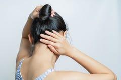 Vista posterior de las mujeres que aprietan el pelo, concepto de la forma de vida foto de archivo