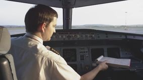 Vista posterior de los controles de funcionamiento del piloto del jet corporativo el piloto comprueba todos los sistemas Vista po metrajes