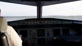 Vista posterior de los controles de funcionamiento del piloto del jet corporativo Captain en la carlinga de aviones, preparándose almacen de video
