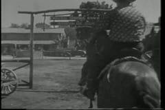 Vista posterior de los vaqueros que montan a caballo en rancho metrajes