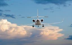 Vista posterior de un aterrizaje del jet privado imagen de archivo
