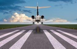 Vista posterior de un aterrizaje del jet privado Foto de archivo libre de regalías