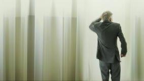 Vista posterior de un baile despreocupado del hombre de negocios almacen de video
