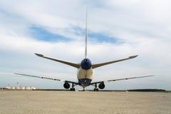 Vista posterior del aeroplano que se coloca en el aeródromo Imagen de archivo libre de regalías