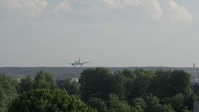 Vista posterior del aterrizaje de aeroplano de Boeing en el aeropuerto almacen de metraje de vídeo