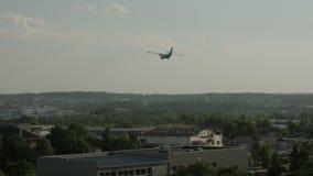 Vista posterior del aterrizaje de aeroplano gemelo del jet del motor en el aeropuerto metrajes
