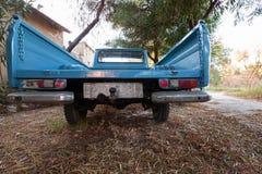 Vista posterior del coche azul viejo 1300 de la recogida de Datsun foto de archivo libre de regalías