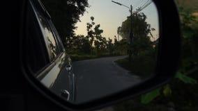 Vista posterior del coche en el camino
