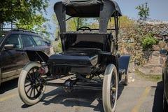 vista posterior del coche retro clásico del viejo vintage Imagen de archivo libre de regalías