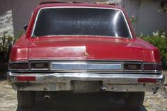 Vista posterior del coche rojo retro y de los reflejos de luz, Venezuela Imágenes de archivo libres de regalías