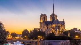 Vista posterior del día de la catedral de Notre Dame De Paris al timelapse de la noche después de la puesta del sol almacen de video