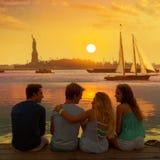 Vista posterior del grupo de los amigos en la diversión Nueva York de la puesta del sol imagenes de archivo