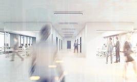 Vista posterior del hombre de negocios que entra en una oficina ocupada con el corrid largo Foto de archivo libre de regalías
