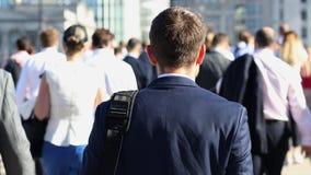 Vista posterior del hombre de negocios Walking To Work almacen de video