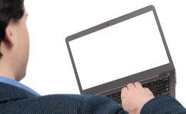 Vista posterior del hombre que trabaja en el ordenador portátil Foto de archivo