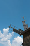 Vista posterior del molino de viento de las cuchillas de propulsor vieja. Fotografía de archivo